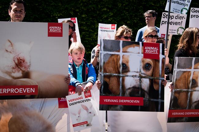 In actie tegen dierproeven.