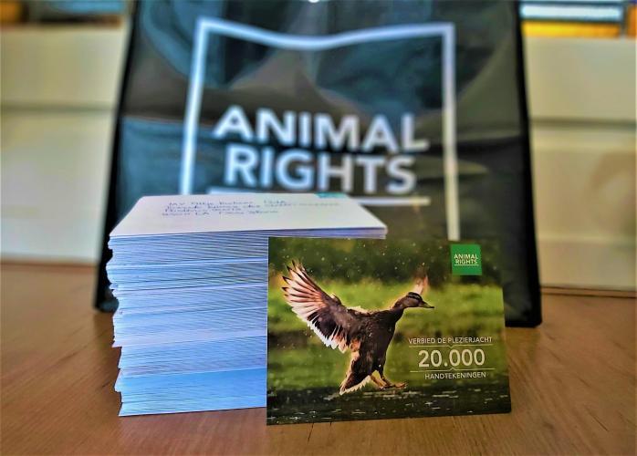 Animal Rights overhandige de petitie tegen de plezierjacht.